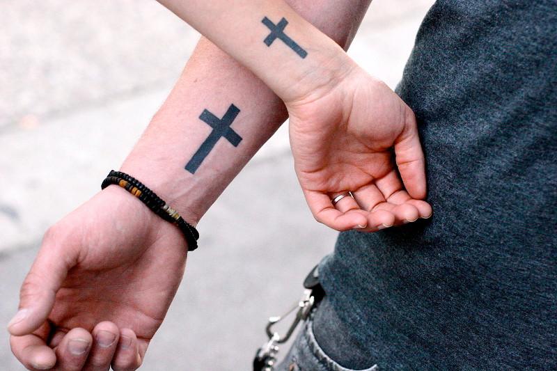 Что значит крест в татуировке  — фото