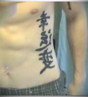 фото тату китайские иероглифы для статьи про значение татуировок — 14