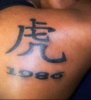 фото тату китайские иероглифы для статьи про значение татуировок — 16