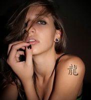 фото тату китайские иероглифы для статьи про значение татуировок — 21
