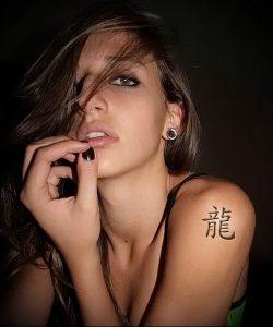 фото тату китайские иероглифы для статьи про значение татуировок - 21