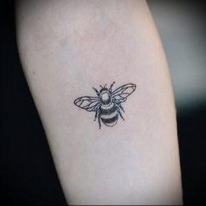 фото тату пчела для статьи про значение татуировки пчела - 3