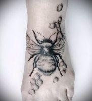 фото тату пчела для статьи про значение татуировки пчела — 8