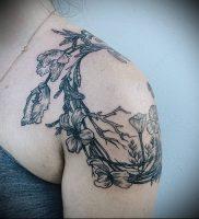 Пример классной татуировки с венком — фото