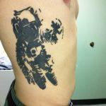 Фото рисунка тату космонавт 31.10.2018 №022 - cosmonaut tattoo - tattoo-photo.ru