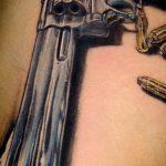 фото тату револьвер 24.12.2018 №353 - photo tattoo revolver - tattoo-photo.ru