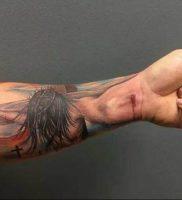 фото тату Распятие 01.05.2019 №047 — crucifix tattoo — tattoo-photo.ru