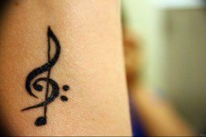 фото тату басовый ключ 01.05.2019 №015 - tattoo bass clef - tattoo-photo.ru