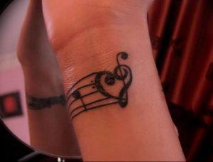 фото тату басовый ключ 01.05.2019 №016 - tattoo bass clef - tattoo-photo.ru