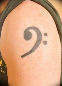 фото тату басовый ключ 01.05.2019 №089 - tattoo bass clef - tattoo-photo.ru