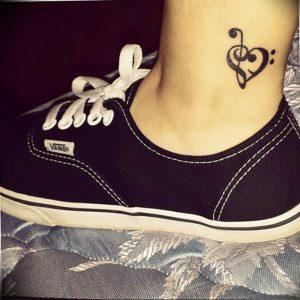 фото тату басовый ключ 01.05.2019 №159 - tattoo bass clef - tattoo-photo.ru