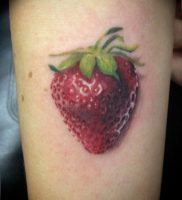 фото тату клубника 10.04.2019 №181 — strawberry tattoo — tattoo-photo.ru