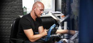фото тату мастер за работой 06.04.2019 №081 - tattoo master - tattoo-photo.ru