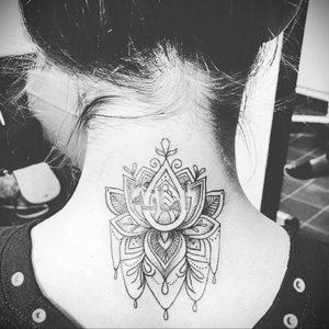 тату лотос на затылке 24.09.2019 №011 -the back of the head tattoo- tattoo-photo.ru