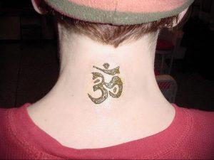фото тату символ ОМ на шее 08.02.2020 №008 -tattoo om- tattoo-photo.ru