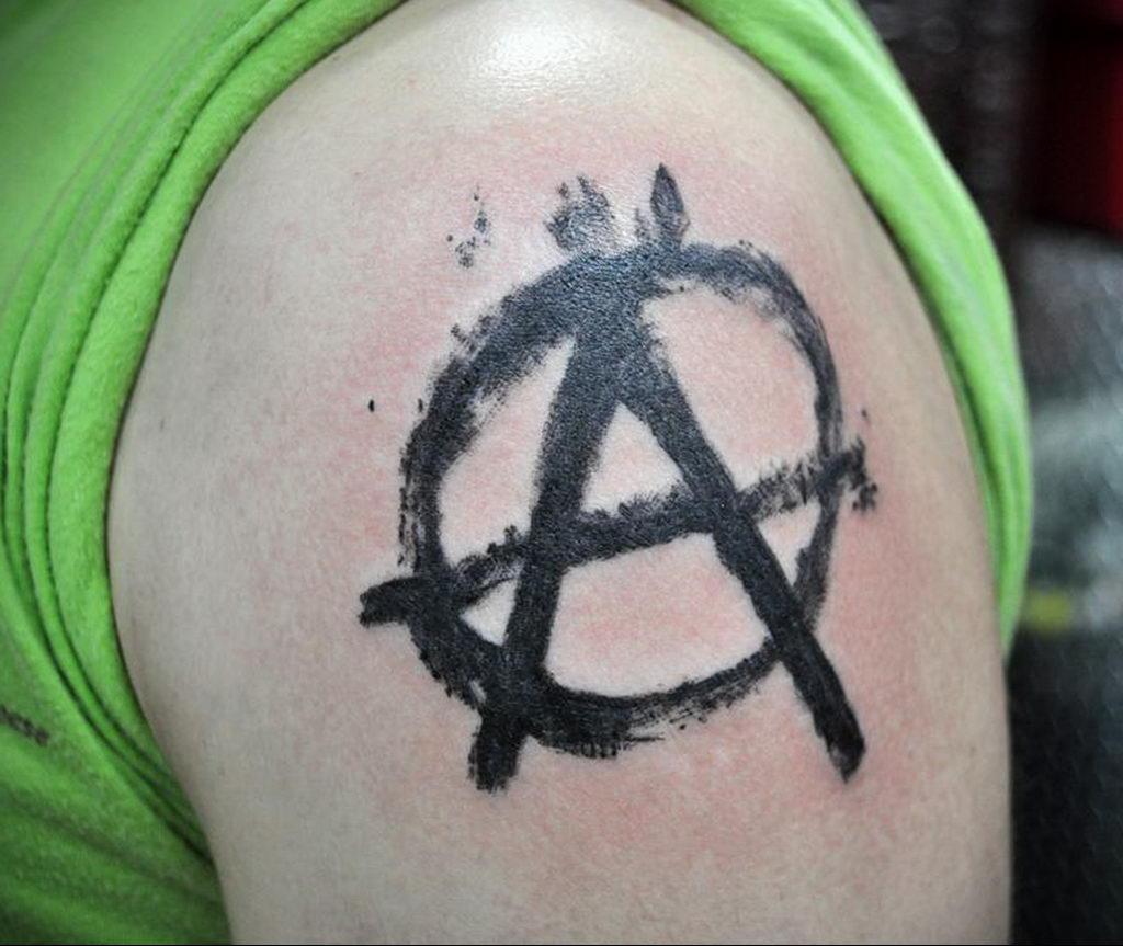 Фото знак анархии тату 24.03.2020 №015 -tattoo anarchy- tattoo-photo.ru