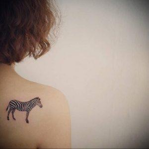 Фото маленькой тату на лопатке 09.03.2020 №024 -tattoo on the shoulder- tattoo-photo.ru