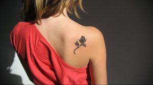 Фото маленькой тату на лопатке 09.03.2020 №037 -tattoo on the shoulder- tattoo-photo.ru