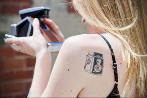 Фото маленькой тату на лопатке 09.03.2020 №055 -tattoo on the shoulder- tattoo-photo.ru