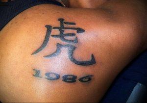 Фото тату надпись на лопатке 09.03.2020 №003 -tattoo on the shoulder- tattoo-photo.ru