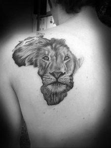 Фото тату на лопатке Лев 09.03.2020 №008 -tattoo on the shoulder- tattoo-photo.ru