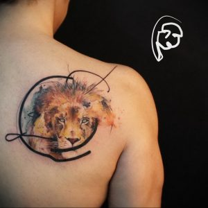 Фото тату на лопатке Лев 09.03.2020 №013 -tattoo on the shoulder- tattoo-photo.ru