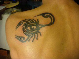 Фото тату на лопатке Скорпион 09.03.2020 №018 -tattoo on the shoulder- tattoo-photo.ru