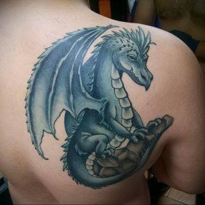 Фото тату на лопатке дракон 09.03.2020 №035 -tattoo on the shoulder- tattoo-photo.ru
