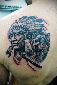 Фото тату с волком на лопатке 09.03.2020 №002 -tattoo on the shoulder- tattoo-photo.ru