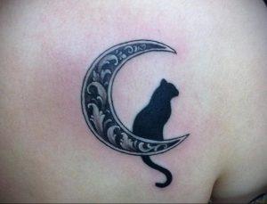 Фото тату с кошкой на лопатке 09.03.2020 №001 -tattoo on the shoulder- tattoo-photo.ru