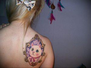 Фото тату с кошкой на лопатке 09.03.2020 №002 -tattoo on the shoulder- tattoo-photo.ru