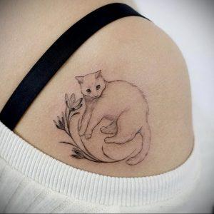 Фото тату с кошкой на лопатке 09.03.2020 №011 -tattoo on the shoulder- tattoo-photo.ru