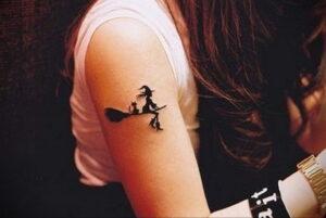 Фото маленькой тату для ведьмы 28.01.2021 №0039 - small witch tattoo - tattoo-photo.ru