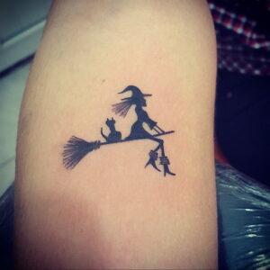 Фото маленькой тату для ведьмы 28.01.2021 №0040 - small witch tattoo - tattoo-photo.ru